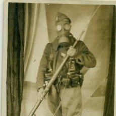 Fotografía antigua: SOLDADO CON MASCARA ANTIGÁS. NOMBRE AL DORSO HACIA 1936. PIEZA ÚNICA. Lote 234009880