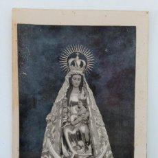 Fotografía antigua: TARJETA POSTAL FOTOGRÁFICA VIRGEN CON NIÑO EN BRAZOS. Lote 235628040