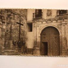 Fotografia antica: CUENCA FOTOGRAFÍA, CATEDRAL LATERAL CON LA CRUZ A LOS CAÍDOS SÍMBOLO FALANGISTA J A PRIMO DE RIVERA. Lote 236657075