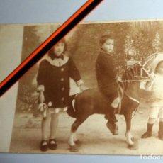 Fotografia antica: FOTO-POSTAL MUY ANTIGUA NIÑOS NIÑA JUGUETE CABALLO CARTÓN - H.JALVO FOTÓGRAFO - ESTUDIO. Lote 237187895