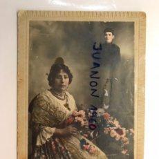 Fotografia antica: J. DERREY VALENCIA. RETRATO ESTUDIO COLOREADO LA FALLERA Y EL MILITAR (A.1920). Lote 237418710
