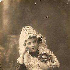Fotografía antigua: JOVEN CON MANTILLA - UNION POSTALE UNIVERSELLE - COMPAÑY FOTOGRAFO - MADRID 1914. Lote 237709395