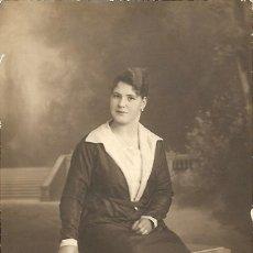 Fotografía antigua: JOVEN SENTADA POSANDO - GRAND PRIX - EXPOSICION INTERNACIONAL BRUSELAS 1912 - TARJETA POSTAL ROCA. Lote 237712225