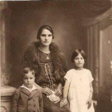 Fotografía antigua: UNA SEÑORA CON DOS NIÑOS - UNION UNIVERSAL DE CORREOS - 13.7 X 8.2 CM.. Lote 237982650