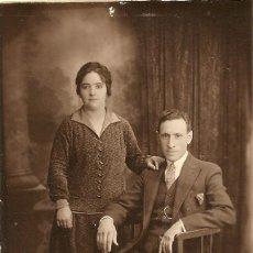 Fotografía antigua: PAREJA POSANDO - ESCRITA - BUENOS AIRES 1928 - 13.3 X 8.5 CM.. Lote 237983390