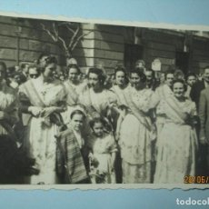 Fotografía antigua: POR LA PLAZA DEL CAUDILLO CON LOS PREMIOS FALLAS 1949. Lote 242934190