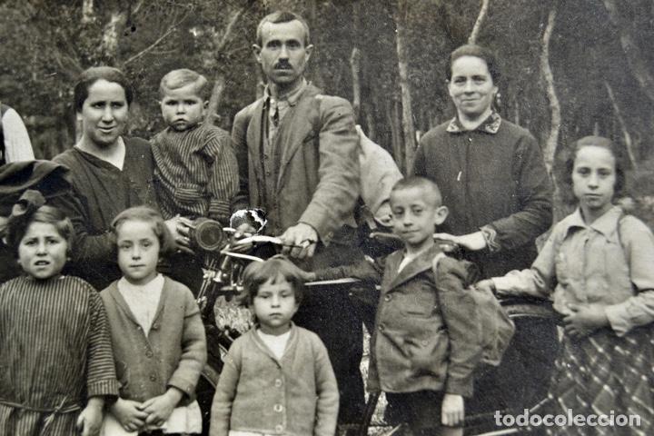 Fotografía antigua: Magnífico Retrato de una Familia del Medio Rural alrededor de una bicicleta. Etnografía. Folklore - Foto 2 - 243586100
