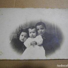 Fotografía antigua: POSTAL FOTOGRAFIA. TRES NIÑOS. J. ROLDOS BARCERLONA 13.5 X 9. Lote 243881245