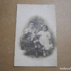 Fotografía antigua: POSTAL FOTOGRAFIA. DOS NIÑOS. J. ROLDOS BARCELONA 13.5 X 9. Lote 243881760
