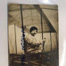 Fotografía antigua: AEROPLANO. FOTOGRAFÍA ANTIGUA.. SEÑOR INICIANDO EL VUELO. FOTO: L, BALDOMAR, PARIS (H.1920?). Lote 244785745