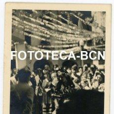 Fotografía antigua: FOTO ORIGINAL SEU D'URGELL FIESTA POPULAR PUBILLA CALLE ENGALANADA AÑOS 40. Lote 245169415