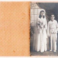 Fotografía antigua: FOTÓGRAFO DERRREY, VALENCIA. HERMANOS EN EL DÍA DE SU COMUNIÓN. DÍPTICO. 1939. AA. Lote 249460685