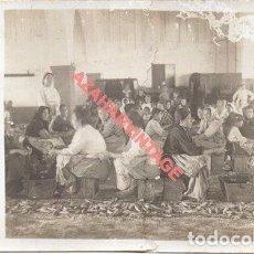 Fotografía antigua: ANTIGUA POSTAL FOTOGRAFICA DE UNA FABRICA DE CONSERVAS, AÑOS 20, REPARADA. Lote 251389255