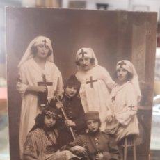 Fotografia antica: ANTIGUA FOTOGRAFIA DISFRACES MILITARES ENFERMERAS CHICAS DE LA CRUZ ROJA. Lote 261775100