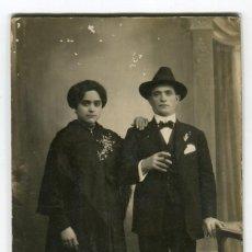 Fotografía antigua: TORTOSA RAMON MASDEU ANTIGUA FOTOGRAFIA EN CARTON DURO DE PAREJA VER REVERSO. Lote 262718240