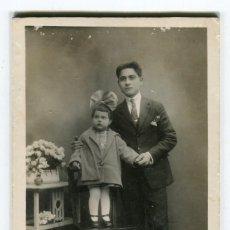 Fotografía antigua: SAN SADURNI DE NOYA J. FONT FOTO ANTIGUA FOTOGRAFIA EN CARTON DURO CABALLERO CON NIÑO VER REVERSO. Lote 262719100