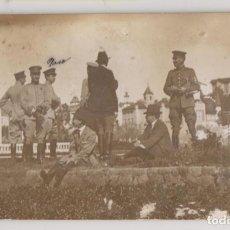 Fotografía antigua: FOTOGRAFÍA. MILITARES Y CIVILES. ¿FRANCISCO FRANCO?. Lote 262811620