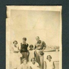 Fotografía antigua: RETRATO DE GRUPO. AZOTEA. BARCELONA. C.1940. Lote 263171385