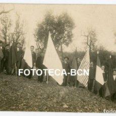 Fotografía antigua: FOTO ORIGINAL GRUPO DE HOMBRES CON BANDERAS PENDONES AÑOS 20 POSIBLEMENTE CATALUNYA. Lote 263295790
