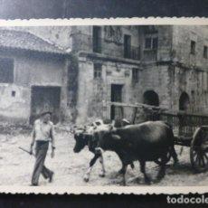 Fotografia antica: SANTILLANA DEL MAR CANTABRIA CARRO EN CALLE FOTOGRAFIA TAMAÑO `POSTAL AÑOS 50. Lote 265151684