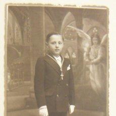 Fotografía antigua: VIEJA FOTO POSTAL DE UN NIÑO DE COMUNION 1933. Lote 265705159