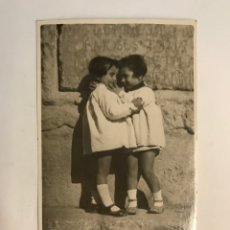 Fotografia antiga: NIÑOS. FOTOGRAFÍA TIEMPO DE JUEGOS... DETRÁS LÁPIDA ROMANA.. SIN IDENTIFICAR EL LUGAR (H.1930?). Lote 267000249