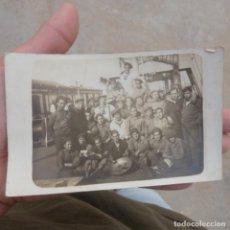 Fotografía antigua: ANTIGUA POSTAL FOTOGRAFICA , MARINEROS EN EL PUERTO , PRINCIPIO SIGLO XX. Lote 275317948