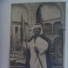 Fotografía antigua: FOTO DE ESTUDIO DE SEÑOR DISFRAZADO DE MORO CON ESPINGARDA, DECORADO ALHAMBRA. PP. DE SIGLO. Lote 288132368