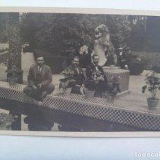 Fotografía antigua: FOTO DE SEÑORES EN LA FUENTE DE LOS LEONES DEL PARQUE DE MARIA LUISA, SEVILLA. AÑOS 30. Lote 277284973