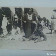 Fotografía antigua: FOTO DE MUJER CON NIÑOS EN BAÑADOR Y ALORNOZ EN LA PLAYA , ASIENTOS DE MIMBRE. PP. DE SIGLO. Lote 278974848