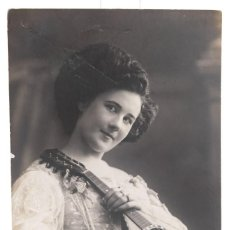 Fotografía antigua: TARJETA POSTAL - FOTOGRAFÍA JOVEN 1910 - 14 CM X 9 CM. Lote 278975633
