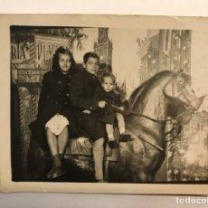 Fotografía antigua: MINUTEROS. FOTÓGRAFO DE CALLE.., EN LA PLAZA DE TOROS.., DECORADO DE FERIA (H.1945?). Lote 280120313