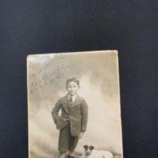 Fotografia antiga: TARJETA POSTAL NIÑO CON PERRO DE 1923. Lote 285647783