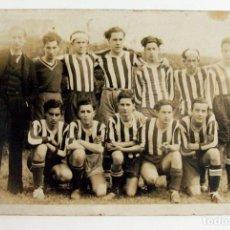 Fotografía antigua: EQUIPO DE FUTBOL. GRADO. ASTURIAS. ABRIL 1934. FIRMA FOTOGRAFO. ASTURIAS. Lote 286639633