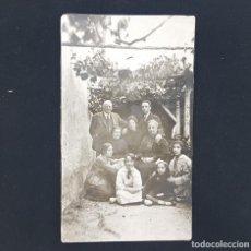 Fotografía antigua: FOTOGRAFIA ANTIGUA GRUPO FAMILIA 9 PERSONAS EN PATIO CON PARRA 7 X 12 CM. Lote 287902743