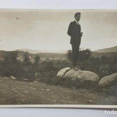 Fotografía antigua: FOTOGRAFIA ANTIGUA FOTO POSTAL HOMBRE EN EL CAMPO Y PUEBLO AL FONDO 13 X 8 CM. CARTE POSTALE. Lote 287906098