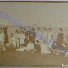 Fotografía antigua: FOTOGRAFÍA ANTIGUA. GENTE EN LA PLAYA. LAS PALMAS DE GRAN CANARIA (14 X 8,5. Lote 288025783
