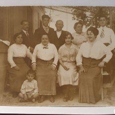 Fotografía antigua: TARJETA POSTAL/ FAMILIA ESPAÑOLA POSANDO PARA LA CAMARA/ ORIGINAL DE ÉPOCA/ SIN CIRCULAR/ AÑOS 20-30. Lote 288225038