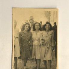 Fotografía antigua: ALICANTE, MINUTEROS FOTÓGRAFOS DE CALLE. DE PASEO POR LA CIUDAD… (H.1950?) IMÁGENES DE POSTGUERRA .. Lote 288229908