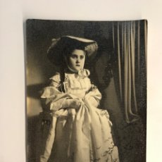 Fotografia antica: JUMILLA (MURCIA) FOTOGRAFÍA BONACASA. RETRATO DE NIÑA CON ROPAS DE ÉPOCA … (H.1950?). Lote 288400563