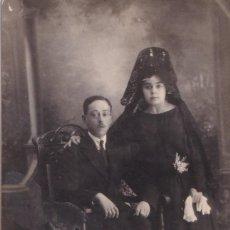 Fotografía antigua: FOTOGRAFÍA FORMATO POSTAL PAREJA ELLA CON MANTILLA NEGRA. EL TREBOL E. VÁZQUEZ MADRID.. Lote 288510318