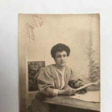 Fotografía antigua: LA VALENCIA QUE FUE FOTOGRAFÍA DERREY BURGUESÍA VALENCIANA, RETRATO DE ENRIQUETA LEYENDO (A.1905). Lote 289530428