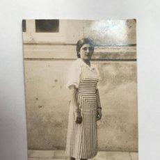 Fotografía antigua: LA VALENCIA QUE FUE.. FOTOGRAFÍA BURGUESÍA VALENCIANA… SEÑORA CON VESTIDO DE RAYAS (H.1910?). Lote 289533943