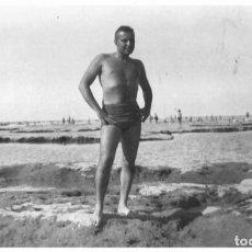 Fotografia antica: X231 - JOVEN HOMBRE EN BAÑADOR EN LA PLAYA - FOTO POSTAL 1940'. Lote 289899553