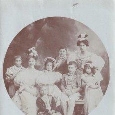 Fotografia antica: CURIOSA FOTOGRAFÍA FORMATO POSTAL. FAMILIA CON NIÑOS. SIN CIRCULAR. NO FIGURA FOTÓGRAFO. Lote 293360073