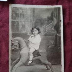 Fotografía antigua: NIÑA. CABALLITO DE JUGUETE. POSTAL FOTOGRÁFICA ANTIGUA. Lote 295353093