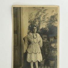 Fotografía antigua: VALENCIA. FOTOGRAFÍA ANTIGUA. JOVEN DE BLANCO CON MANTÓN DE MANILA…(H.1920?). Lote 295396643