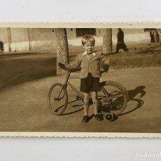 Fotografía antigua: FOTOGRAFÍA. APRENDIENDO A MONTAR EN BICICLETA…, VALENCIA (H.1950?). Lote 295399503