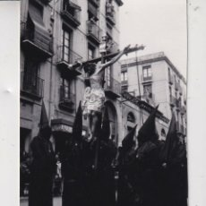 Fotografia antica: FOTO SEMANA SANTA DE REUS PROFECION DE LAS TRES GRACIAS DE LOS AÑOS SETENTA MIDE 11 POR 8 CENTIMETRO. Lote 295482383
