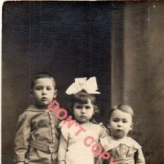 Fotografía antigua: ANTIGUA POSTAL FOTOGRAFICA DE UNOS NIÑOS. Lote 295491508